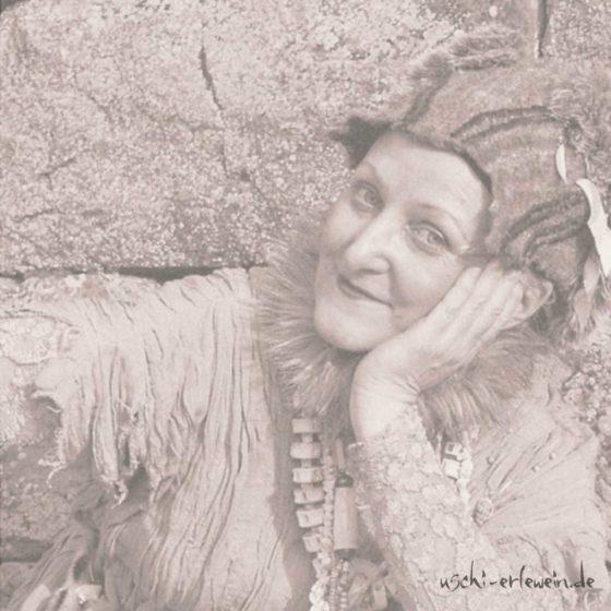 Beitragsfoto: Geschichtenspielerin Uschi Erlewein im Portrait - Erzähltheater Heilbronn