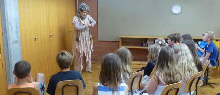 Beitragsfoto: Erzählerin in der Schule - ergänzt den Unterricht